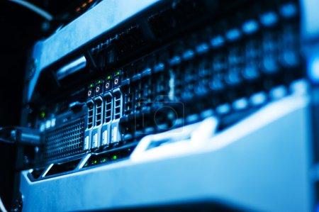 Photo pour Serveurs de réseau dans la salle des données . - image libre de droit