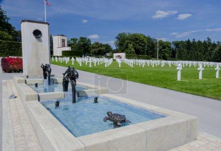 Photo pour Ce cimetière contient plus de 5000 tombes pour la plupart des militaires qui sont morts dans la bataille des Ardennes. - image libre de droit