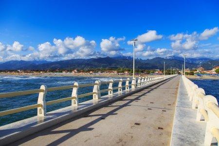 Photo pour Pier promenade pédestre, plage et montagnes Apuane à Forte dei Marmi Versilia Toscane Italie - image libre de droit