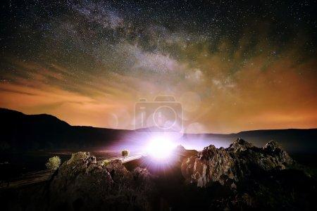 Nachtlandschaft mit der Milchstraße über den Feldern