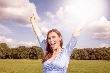 Photo pour Joyeux joyeux femelles insouciantes bras étirés - image libre de droit