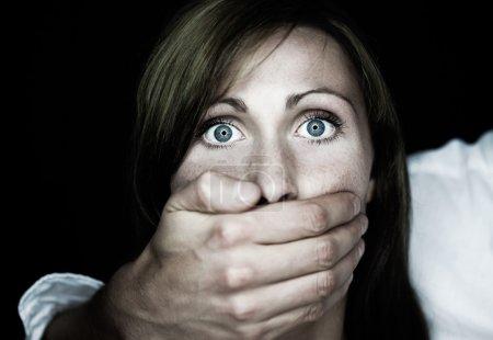 Photo pour Méchant gars douleur un femelle - image libre de droit