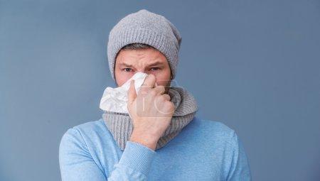 Photo pour Hiver froid infecter homme portrait - image libre de droit