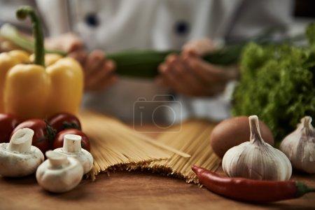 Photo pour Chef en tenue uniforme ciboule préparation bolognaise spaghettis. - image libre de droit