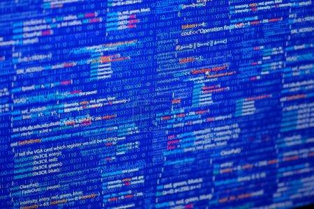 Photo pour Résumé de programmation - code source et code binaire affichés par le développeur du logiciel. Thème bleu . - image libre de droit