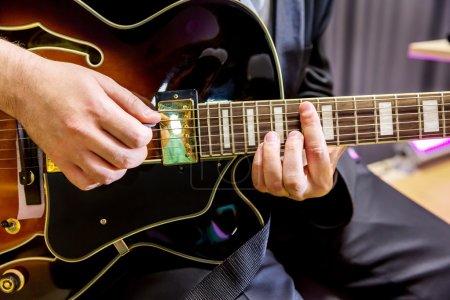 Photo pour Guitariste des mains jouant des accords dans le gros plan du groupe de jazz - image libre de droit