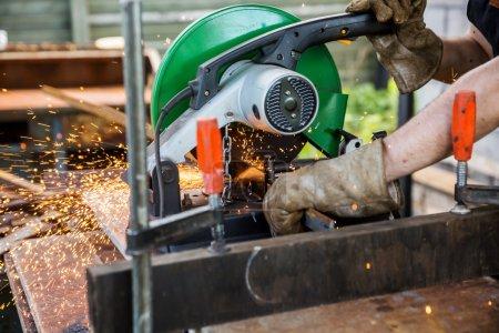 Pracownik fabryki cięcia metalu