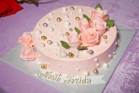 Photo pour Gâteau rond orange. Rose dorée orange. Balle ronde décorée comme une perle ronde. - image libre de droit