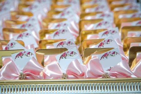 Photo pour Azerbaïdjan Bakou 14.11.2020. Panier avec bonbons se tient sur la table. La poignée du panier de fiançailles. Il y a des bonbons dans la décoration du panier en verre. Panier de fiançailles. Espace pour écrire. - image libre de droit