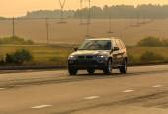 SUV se pohybuje na zemi silnici
