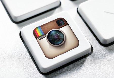 Photo pour BELGRADE, SERBIE 15 JUILLET 2015 Logotype d'applications Instagram le plus populaire imprimé sur autocollant et placé sur un bouton de clavier . - image libre de droit