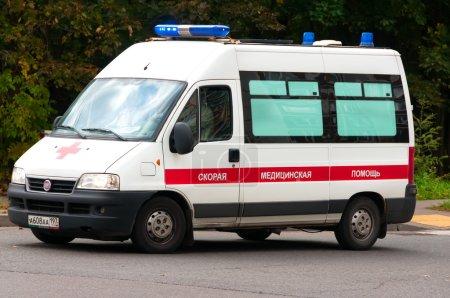 Photo pour Ambulance descendant la rue - image libre de droit