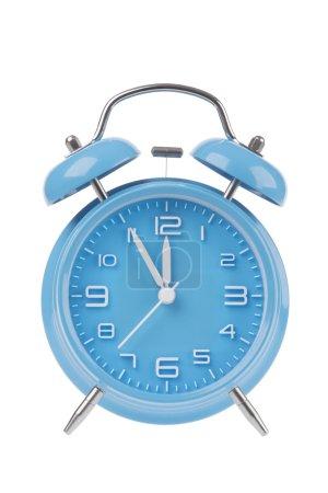 Réveil bleu avec les mains à 5 minutes jusqu'à ce que 12 illustrant le temps est épuisé isolé sur un fond blanc