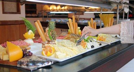 Photo pour Buffet restauration arrangement sur la table - image libre de droit