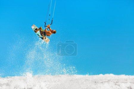 Photo pour Eaux de plaisance Sports d'Action. Homme sain (surfeur) surf cerf-volant (Kite surf) sur les vagues en mer, océan. Sport extrême. Plaisirs d'été, vacances. Mode de vie actif. Activité sportive de loisir. Hobby - image libre de droit