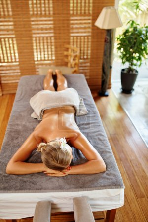 Photo pour Femme de Spa. Soin de beauté. Bonne santée caucasienne MoMA hubava relaxante sur Table de Massage avant de procédure dans le Salon Spa. Masseur va masser le dos. Soins du corps. Soins, bien-être, bien-être de la peau - image libre de droit