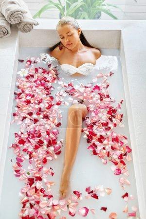 Gesundheit, Schönheit. Frau Wellness Körperpflege. Entspannendes Blütenrosenbad