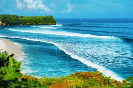 Tropical Island Côte Et Mer Sur Horizon Paysage. Voyage d'été