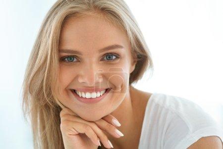 Photo pour Belle femme souriante. Verticale de fille saine heureuse attirante avec le sourire parfait, les dents blanches, les cheveux blonds et le visage frais souriant à l'intérieur. Concept de beauté et de santé. Image haute résolution - image libre de droit