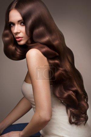 Photo pour Cheveux. Portrait de belle femme aux cheveux longs ondulés. Image de haute qualité . - image libre de droit