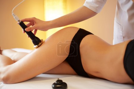 Photo pour Soins du corps. Traitement de remodelage du corps de Cavitation ultrasons. Anti Cellulite - image libre de droit