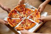 Essen. Personen, die die Pizza Slices. Freizeit Freunde, schnelle F