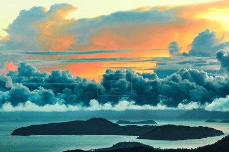 Photo pour Paysage naturel. Vue panoramique de l'île Paradise au coucher du soleil ou au lever du soleil sur la mer avec un ciel magnifique, des nuages Cumulus moelleux. Paysage beauté Arrière-plan. Environnement. Voyage en Thaïlande. Tourisme - image libre de droit