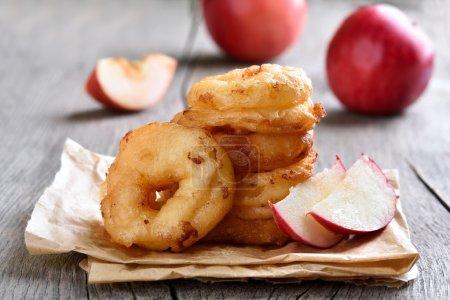 Photo pour Rondelles de pomme sur papier sulfurisé - image libre de droit