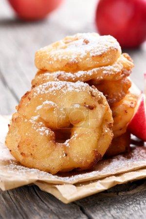 Photo pour Rondelles de pomme, bouchent avec vue - image libre de droit