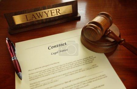 Photo pour Contrat légal avec le marteau et la plaque de nom d'avocat sur un bureau - image libre de droit