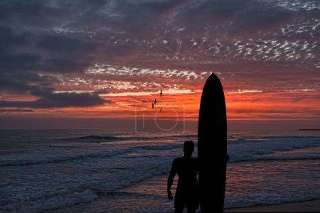 silhouette de surfeur près de l'océan