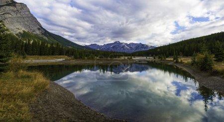 Photo pour Étangs Cascade réfléchissants et pittoresques juste à l'extérieur de Banff, dans le parc national Banff, Rocheuses canadiennes, Alberta, Canada . - image libre de droit