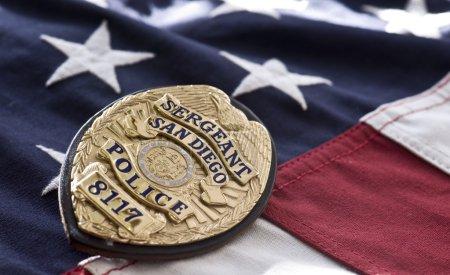 Photo pour Insigne de police de San Diego sur fond de drapeau américain - image libre de droit