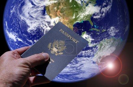 Photo pour Passeport américain de fixation de la terre et de la main - image libre de droit