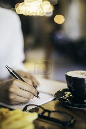Photo pour Image portrait d'une femme écrivant son portable dans un café - image libre de droit