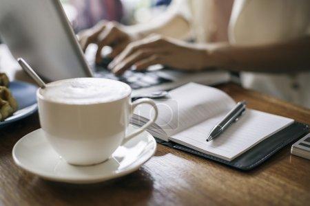 Photo pour Femme travaillant sur un ordinateur portable dans un café - image libre de droit
