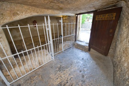 Photo pour Dans le tombeau du jardin. Le tombeau du jardin de Jérusalem est l'un des deux sites présumés de sépulture de Jésus-Christ - image libre de droit