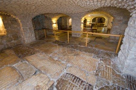 Photo pour JERUSALEM, ISRAEL - 07 OCT 2014 : La chaussée de lithostrotos sur la Via Dolorosa dans la vieille ville de Jérusalem serait l'endroit où Pilate a amené Jésus à se tenir devant le peuple - image libre de droit
