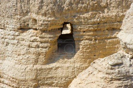 Photo pour La grotte des rouleaux de Qumran en Israël où les rouleaux de la mer morte ont été trouvés - image libre de droit