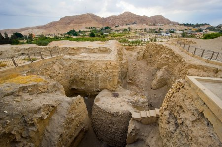 Photo pour Vieilles ruines et vestiges à Tell es-Sultan, mieux connu sous le nom de Jéricho la plus ancienne ville du monde, avec le Mont de la tentation sur le fond. - image libre de droit