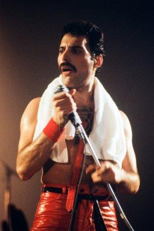 Photo pour LEIDEN, PAYS-BAS - 27 NOV 1980 : Freddy Mercury chanteur du groupe britannique Queen lors d'un concert au Groenoordhallen à Leyde aux Pays-Bas - image libre de droit
