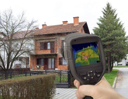Photo pour Analyse d'imagerie thermique de façade de maison - image libre de droit