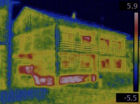 Photo pour Sous-sol fuite de chaleur Image thermique - image libre de droit