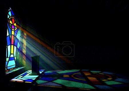 Photo pour Un intérieur d'église vieil émingue faible éclairé par des rayons de soleil pénétrant à travers un vitrail coloré dans le modèle d'un crucifix reflétant des couleurs sur le plancher et une chaire de discours - image libre de droit