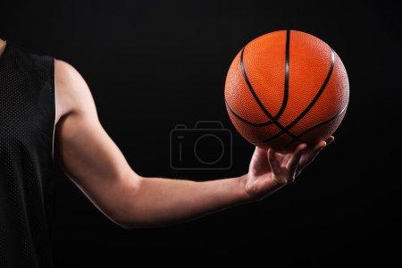 Photo pour Gros plan photo de basket-ball joueur bras avec point de focalisation sur la boule - image libre de droit