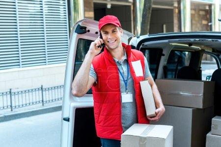 mensajero entrega paquete por van