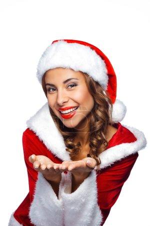 Photo pour Verticale de Noel de belle fille mélangée de santa. Jeune femme sexy de brunette utilisant des vêtements de santa claus. Maiden de neige sur le fond blanc - image libre de droit