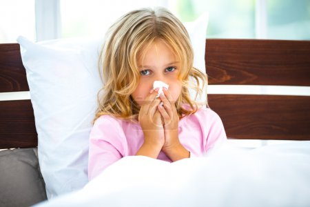 Kleines Mädchen mit Grippe oder Allergie