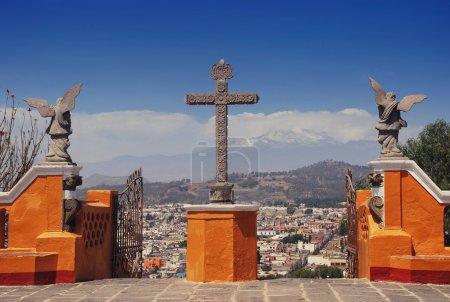 Foto de Churhc de nuestra Señora de los remedios en la cima de la pirámide de Cholula en Puebla, México. Vista aérea de la ciudad y el volcán Popocatépetl - Imagen libre de derechos