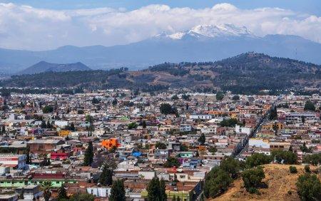 Foto de Volcán Popocatépetl visto desde la pirámide de cholula, México - Imagen libre de derechos